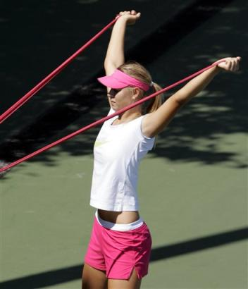 マリア・シャラポワ:BEST4:'05全米オープンテニス:Yahoo! Sports - Tennis - Photo - Maria Sharapova, of Russia, does stretching exercises on a practice...